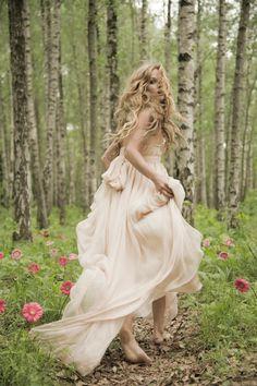 Unterwegs im Wald wie im Märchen - ein wunderschönes Lagenkleid, einer Prinzessin würdig! Creme weißes Kleid Prinzessin / Abendrobe ( Festkleid / Formal dress / Cream White Princess Dress #formalball #fairytale #fairytaledress | Stylefeed