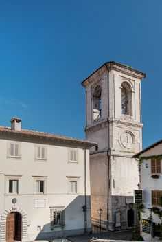 Palazzo Frenfanelli, sede del Comune e la Torre Civica nel centro storico della città di Cascia.