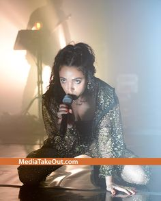 ON DRUGS???? We Ain't Trying To Start No Rumors . . . But Actor Robert Pattison's Girlfriend . . . FKA TWIGS . . . Looks Like She's ON THAT NARCOTIC!! (And Her CAKES . . . Are A STRUGGLE)