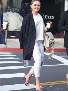 Weiße Hosen sind nicht ganz einfach und schummeln gerne mal ein paar Kilos drauf. Mit diesen Modellen passiert dir das nicht.