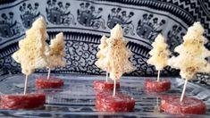Alberelli di pane bianco e salame - Idee per Natale #food #photography #good #ideas #recipes #noel #xmas #natale Christmas Dishes, Christmas Appetizers, Christmas Trees, Finger Food Appetizers, Finger Foods, Xmas Food, Food Humor, Antipasto, Creative Food