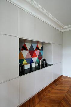Nouvelle réalisation de Camille Hermand Architectures  Magnifique cuisine & salle à manger. Suspensions Maison M. Papier peint Minakani Lab (editions Maison M).