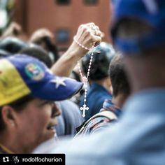 Foto de @rodolfochurion Los rosarios han acompañado las movilizaciones de calle  #ccs #caracas #caminacaracas  Fuerza y fe.  Venezuela necesita de las dos. . #elnacionalweb #Caracas #canon #venezuela