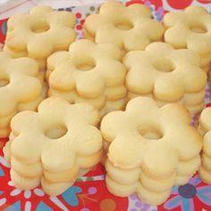 Biscuits sablés aux amandes Pour 50 petits sablés 240 g de farine 120 g de sucre glace 50 g d'amandes en poudre 125 g de beurre coupé en petits morceaux 1 oeuf 2 ou 3 c à s d'eau si nécessaire 10 minutes à 180°