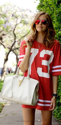 super casual running errands look : oversized tee with sunglasses and a chic tote <3<3