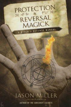 """Este livro é uma tentativa de ultrapassar o """"l 0 ls"""" que parecem preencher As prateleiras nos dias de hoje. Embora se considere que o leitor já Sabe um pouco sobre feitiçaria e magia, eu quero tomar um momento Para definir termos e falar sobre abordagens tomadas para a magia em O livro, que pode ser diferente do que você está acostumado. A primeira coisa que quero deixar claro é que este é um livro sobre a defesa Feitiçaria, não Wicca. Embora muitos usem os termos indistintamente, A..."""