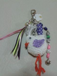 Llavero compuesto por un simpático pajarito de crochet, cintas y bijouterie