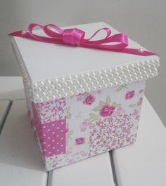 Caixa em MDF, decorada artesanalmente com tecido 100% algodão com estampa floral rosa. Formato cubico. Detalhe de laço chanel na tampa com fita de cetim. <br> <br>Pode ser utilizada para diversos fins, para armazenar o que você quiser. <br>Ótima opção para presente!!!! <br> <br>Aceito encomendas. <br>Entre em contato conosco e esclareça suas dúvidas, é sempre um prazer atendê-lo!