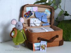 Travel mouse with suitcase - boy. Fun Projects, Sewing Projects, Wooly Bully, Felt Mouse, Felt Animals, Felt Crafts, Diy Kits, Craft Fairs, Dia Del Amigo