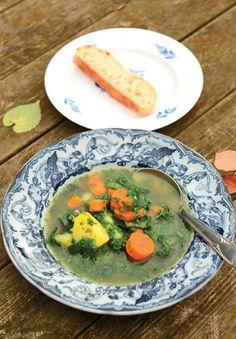 Traditionelt spises grønkålssuppe med fedt flæsk eller grisehaler, men der er heldigvis så meget gods i suppen, at det er rigeligt med et godt stykke brød til