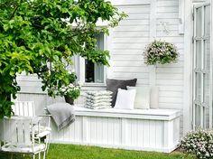 Bygg en snygg förvaring till utemöblernas stolsdynor! Outdoor Spaces, Outdoor Decor, Outdoor Ideas, Walled Garden, Small Spaces, Garden Design, Sweet Home, New Homes, Backyard