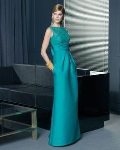 Vestido de fiesta 2014 en color verde turquesa con escote ilusión y cuello ojal - Foto Rosa Clará