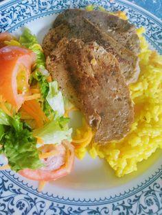 Seitan, arroz de açafrão e salada .