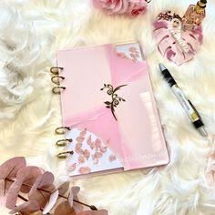 Eine aussergewöhnliche Gästebuchalternative zur Hochzeit oder als Notizbuch, auch personalisiert mit Namen. Jetzt verfügbar in meinem Onlineshop www.STARKE-impressionen.de #gästebuch #gästebuchhochzeit #notizbuch #geschenkidee #hochzeitsideen Pretty In Pink, Lila Gold, Golden Ring, Pink Petals, Resin Crafts, Blush Pink, Notebook, Mr Mrs, Crystals