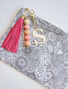 Learn how to easily dye wood beads for an awesome Spring keychain Wood Bead Garland, Beaded Garland, Garlands, Burp Cloth Tutorial, Diy Gifts For Friends, Diy Keychain, Mother's Day Diy, Macrame Projects, Mason Jar Diy