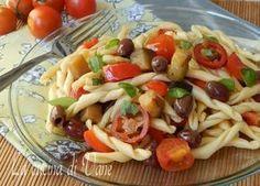 pasta fredda all'ortolana, ricetta per primo piatto estivo di pasta fredda condita con verdure di stagione, olive basilico. Un primo estivo colorato gustoso