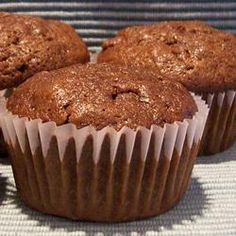 Take one recipe for fabulous, spicy zucchini muffins and add a big scoop of cocoa. Then top the muffins with chocolate chips or streusel and you are in chocolate-zucchini-muffin heaven. Muffins Zucchini, Zucchini Muffin Recipes, Chocolate Zucchini Muffins, Oatmeal Muffins, Mini Muffins, Bran Muffins, Breakfast Muffins, Paleo, Tasty