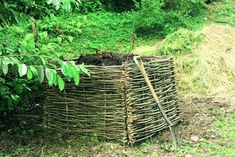 Hazel Compost Screen. Medieval monastery gardens used to feature woven garden seats that were created from wattle panels like this - very cool inspiration! From the Gardenista, Justine Hand.