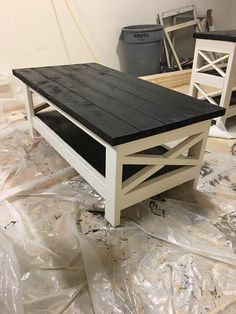 White legs on Coffee Table Wooden Pallet Furniture, Log Furniture, Recycled Furniture, Farmhouse Furniture, Furniture Projects, Furniture Dolly, Furniture Design, Diy Coffee Table Plans, Coffee Table Design
