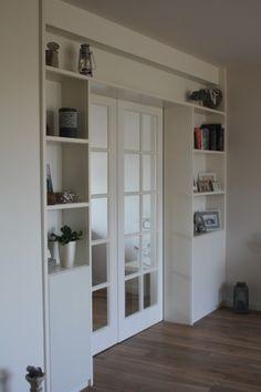 schuifdeuren met boekenkast Built In Bookcase, Bookshelves, Living Room Wall Units, Wardrobe Doors, Salon Design, Sunroom, Home Office, Entrance, Sweet Home