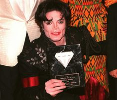 President of Ghana presents Michael Jackson with the Diamond Of Africa 1995 ~ MJLyrics Jackson Life, Jackson Family, Janet Jackson, Most Beautiful Man, Beautiful Smile, Ryan Seacrest, Michael Jackson Pics, King Of Music, The Jacksons