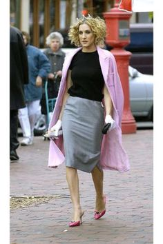 fall street style, Carrie Bradshaw style, sarah jessica parker best looks, sex and the city outfits, Estilo Carrie Bradshaw, Carrie Bradshaw Outfits, Sarah Jessica Parker, City Outfits, Mode Outfits, Pink Kitten Heels, Fashion Week, Womens Fashion, Street Fashion