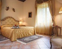 Ein königliches Schlafzimmer. Castello di San Marco Charming Hotel & Spa. Sizilien. Italien