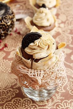 "Cupcakes ""cosulet"" cu ciocolata si cappuccino   Pasiune pentru bucatarie Mini Cakes, Cupcake Cakes, Cupcake Towers, Cupcake Pictures, Yummy Cupcakes, Cupcake Recipes, Baked Goods, Sweet Treats, Tutorials"