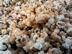 Here is how to prepare delicious caramel popcorn, you can prepare it while you enjoy watching TV from the family and it is loved ... Cookbook Recipes, Snack Recipes, Caramel Corn Recipes, Susan Recipe, Fat Burning Soup, Seafood Bisque, Best Popcorn, Cream Cheese Buttercream, Flavored Popcorn