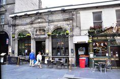 Royal Mile'daki muhteşem tarihi binalar arasında bulunan çok sayıdaki cafe ve restoranlarda yemeğinizi yerken ya da içeceğinizi yudumlarken bu güzelliğin keyfini çıkarabilirsiniz.