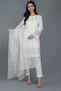 Kayseria Summer Embroidered Embellished Lawn Dresses Collection consists of beautiful colorful prints, designs. Pakistani Dresses Casual, Pakistani Dress Design, Casual Dresses, Fashion Dresses, Girls Dresses, Summer Dresses, Women's Fashion, Long Frocks For Girls, Kurti Sleeves Design