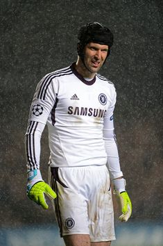 Petr cech is a goalkeeper from the Czech Republic. He is 31 years old and play for Chelsea. He had played for Chelsea FC since Hot Football Fans, Fifa Football, Football Icon, Best Football Players, Good Soccer Players, Chelsea Football, World Football, Soccer World, John Terry