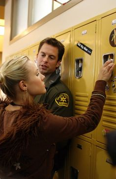 Veronica Mars typical scene - Sheriff Lamb (Kristen Bell and Michael Muhney)