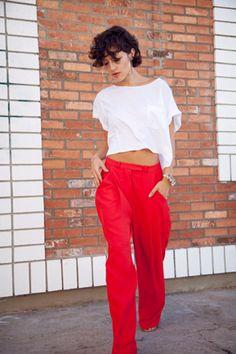 crop top and cute red pants - Karla Deras Red Trousers, Red Pants, Orange Pants, Plain White T Shirt, White Tees, Karla Deras, Quoi Porter, Pantalon Large, Moda Casual