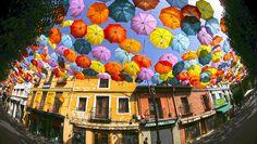 Eine Installation aus Regenschirmen in der Nähe von Madrid