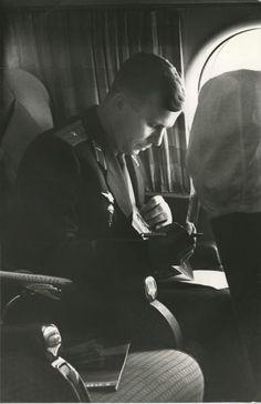 Юрий Гагарин в самолете ИЛ-18 на пути из Куйбышева в Москву