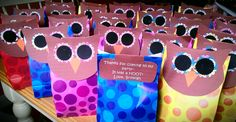Owl-themed birthday party bags - just staple owl face (with message attached to back) on top of any party bag or even brown paper lunch bag Owl Birthday Parties, 2nd Birthday, Birthday Ideas, Owl Bedrooms, Owl Food, Gift Bags, Goody Bags, Owl Cakes, Birthday Messages