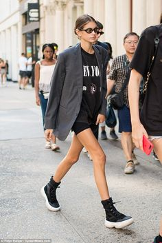 Kaia Gerber steps out wearing cycling shorts on birthday in New York - ~*~ Keep Cycling ~*~ - Biker Shorts Blazer E Short, Blazer And Shorts, Blazer Outfits, Grunge Outfits, Casual Outfits, Kaia Gerber, Fast Fashion, Look Fashion, Street Fashion
