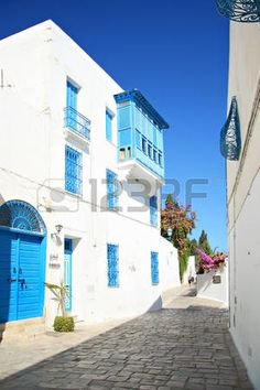 tunisia houses: Sidi Bou Said, Tunesië - CIRCA september 2010: Een typische oude straat van Sidi Bou Said