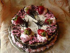 Torta cioccolato e fragola   Decorazioni in panna e farfalle di cooccolato