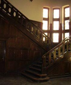 """Pałac w Rogach powstał w latach 1906-1913 i pierwotnie był letnią rezydencją mieszkalną lub """"zameczkiem"""" myśliwskim Adolfa Friedricha Augusta von Waldow. Od 1976 roku pałac w Rogach sprawuje funkcję ośrodka szkoleniowo-wypoczynkowego."""