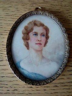 FINE OVAL MINIATURE PORTRAIT OF A LOVELY BLUE EYED EDWARDIAN LADY.