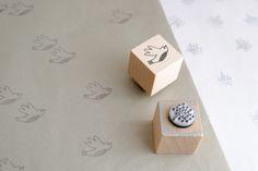 On imprime notre papier cadeau avec les tampons de notre coffret *Paper Dreams* édité par @monpetitart