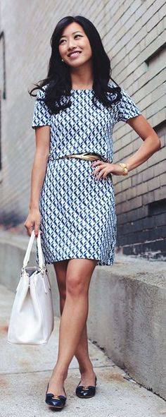 White and blue dress with golden belt. Blue shoes, white bag. /// Casual Work…