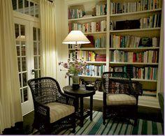 Trovare degli angoli lettura come questo, con tappeti e abat-jours. Librerie rigorosamente di legno come queste.