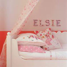 Arquitetura do Imóvel : Quarto de menina, alegre e com enxoval de cama super delicado.