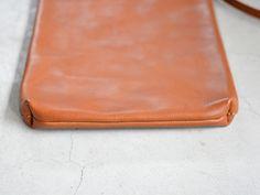 縦型でフラットなファスナー式の鞄。3サイズ展開で男女問わず使い方に応じたサイズを選んでお使い頂けます。革の素材感を活かしたシンプルなデザインはありそうでないレザーバッグです。【Organ/オルガン】
