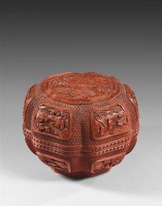 Chine, époque Qianlong (1736-1795). Boîte de forme hexalobée en laque rouge, décor sculpté sur tous les côtés, h. 19,5 cm, diam. 27 cm. Estimation : 10 000/20 000 € Mercredi 25 Janvier, Lyon. De Baecque & Associés OVV. Cabinet Portier.