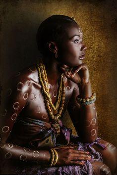 """La photographe ivoirienne Joana Choumali présente la série """"Résilientes"""" à l'hôtel Onomo de Dakar (Sénégal), au sein de l'exposition """"Femme Photographe"""". Elle entend témoigner de """"la grandeur d'une Afrique réchappant d'une colonisation morbide""""."""