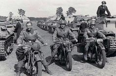 La primera por la izquierda es una motocicleta BMW R 4, las otras dos son BMWs R 35 junto a dos columnas de Panzerkampfwagen I, probablemente en Polonia en 1939.